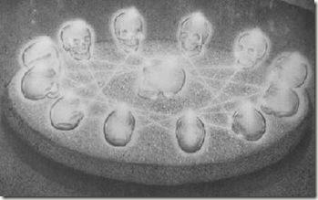 Les 13 crânes de cristal réunis