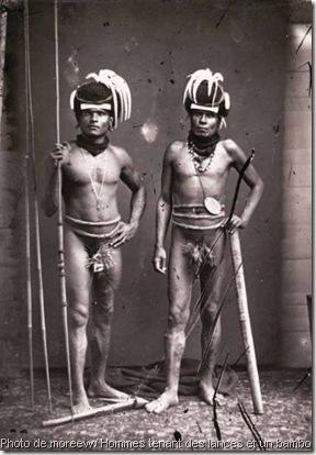 nouvelle-caledonie photo de moreew - Hommes tenant des lances et un bambou, Archives de la Nouvelle-Calédonie – 2NUM 9 – 162, © Archives de la NC
