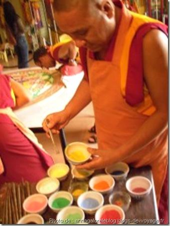 moine préparant couleur pour la création d'un mandala - www.wonderful-art.fr