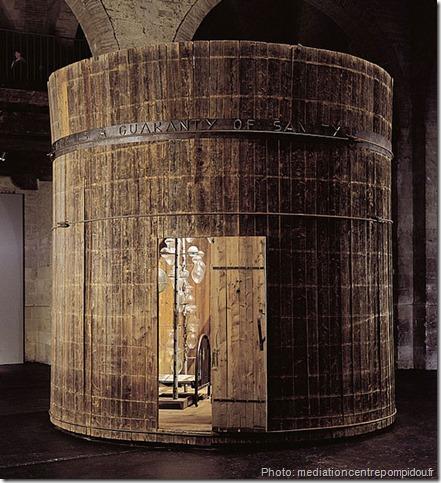 precious Liquids 1992 Bois de cèdre, fer, eau, verre, albâtre, tissu, coussins brodés, vêtement, 427 x 442 cm