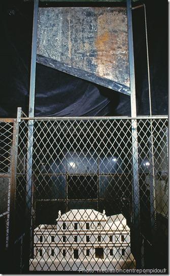 cell Marbre rose, métal et verre, 306 x 170,20 x 241 cm